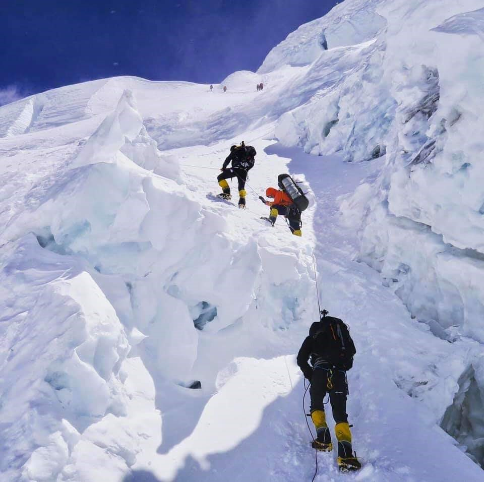 Vamini sethi with her team climbing the everest.